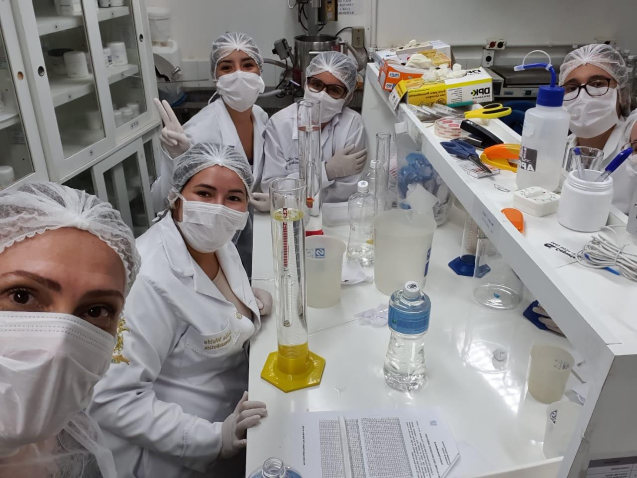 Laboratórios da Farmácia Universitária produzindo álcool 70% na luta contra COVID-19